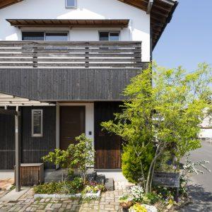 子どもたちがのびのび育つ 漆喰と焼杉板の家(岡山市北区)