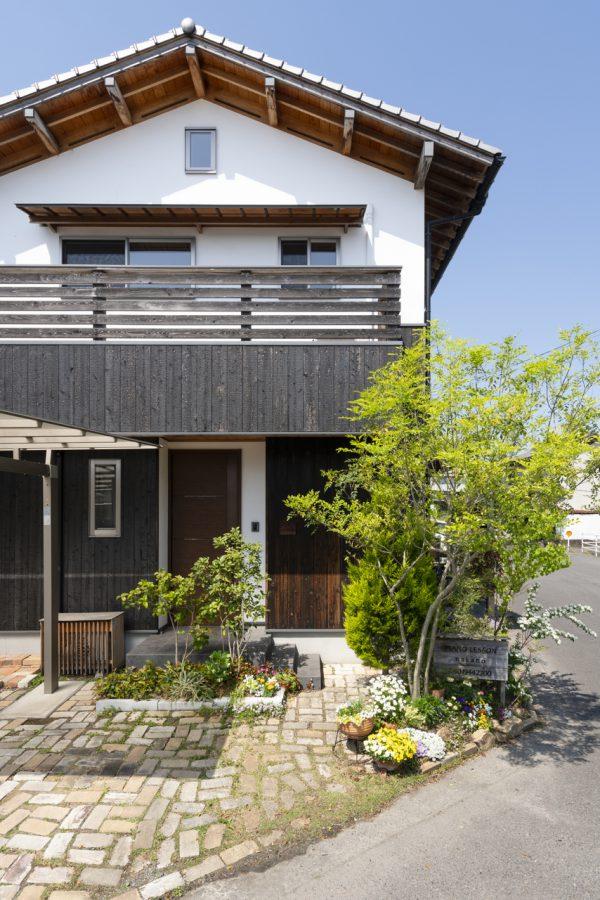 子どもたちがのびのび育つ 漆喰と焼杉板の家
