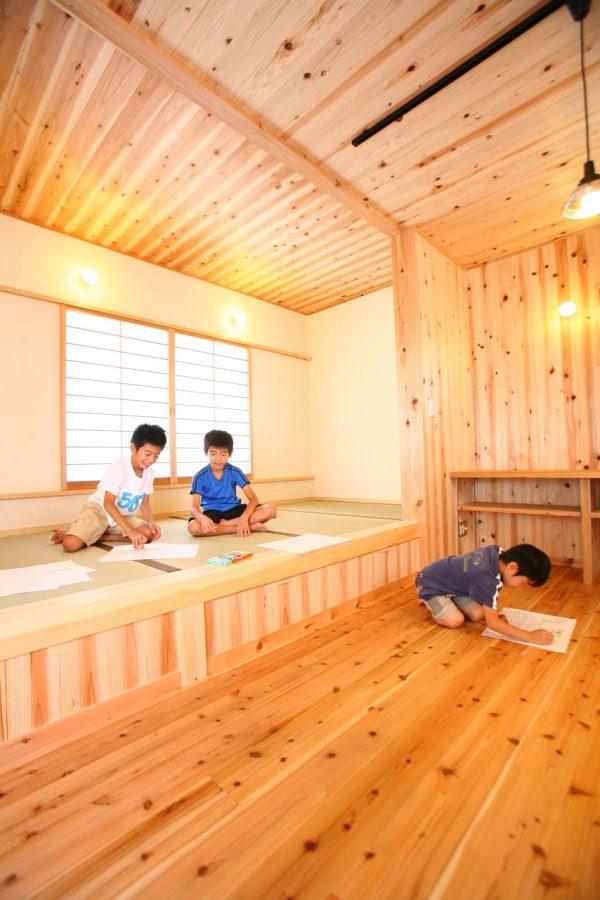 子どもたちがのびのび育つ漆喰と焼杉板の家