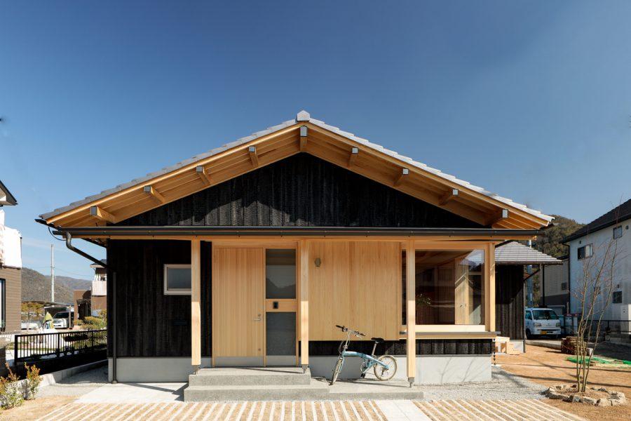 のびのび暮らす 焼杉板の平屋